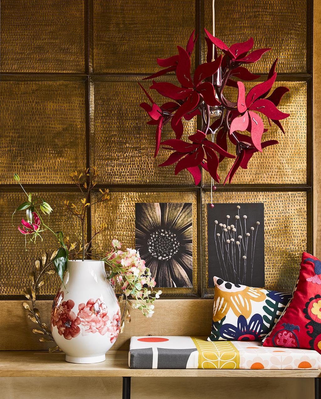 vtwonen 04-2020 | gedecoreerde wandplank met witte bloemenvaas en kleurrijke sierkussens