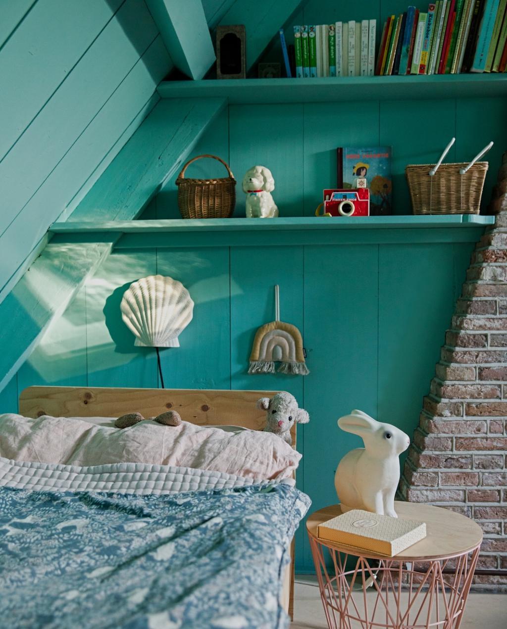 Stoere kamers voor meiden | turquoise kamer | schuin dak
