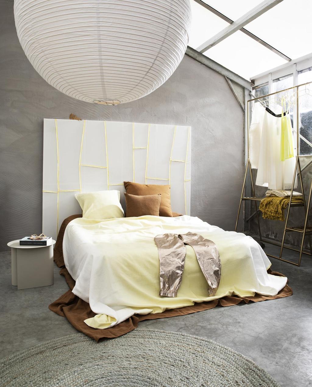Slaapkamer met frisgele accenten.