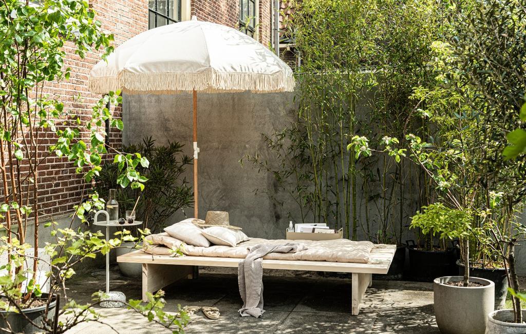 vtwonen 06-2020 | DIY zomers ligbed in tuin met parasol
