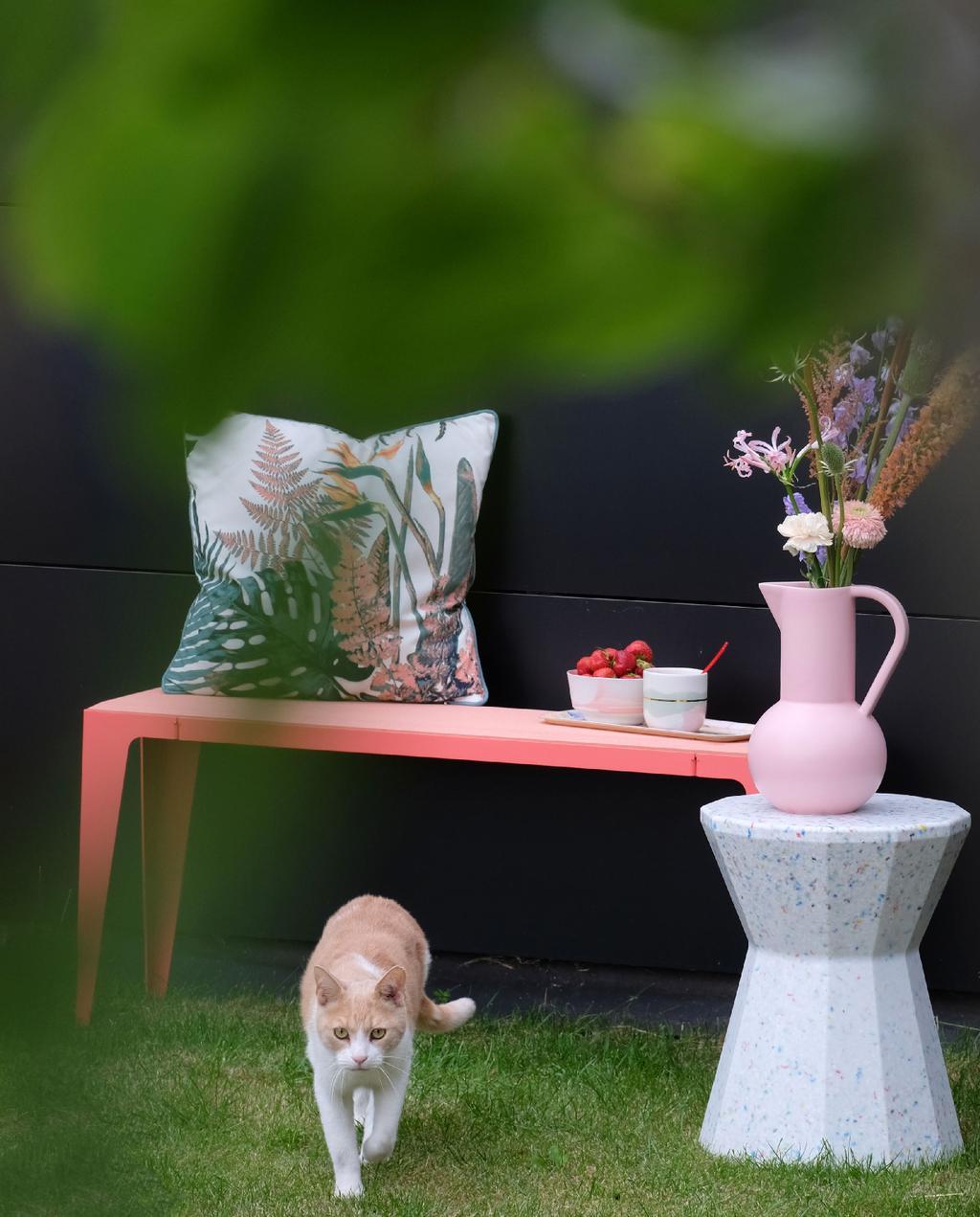 blog prchtg vtwonen | design tuinmeubelen roze duurzame tuinbank