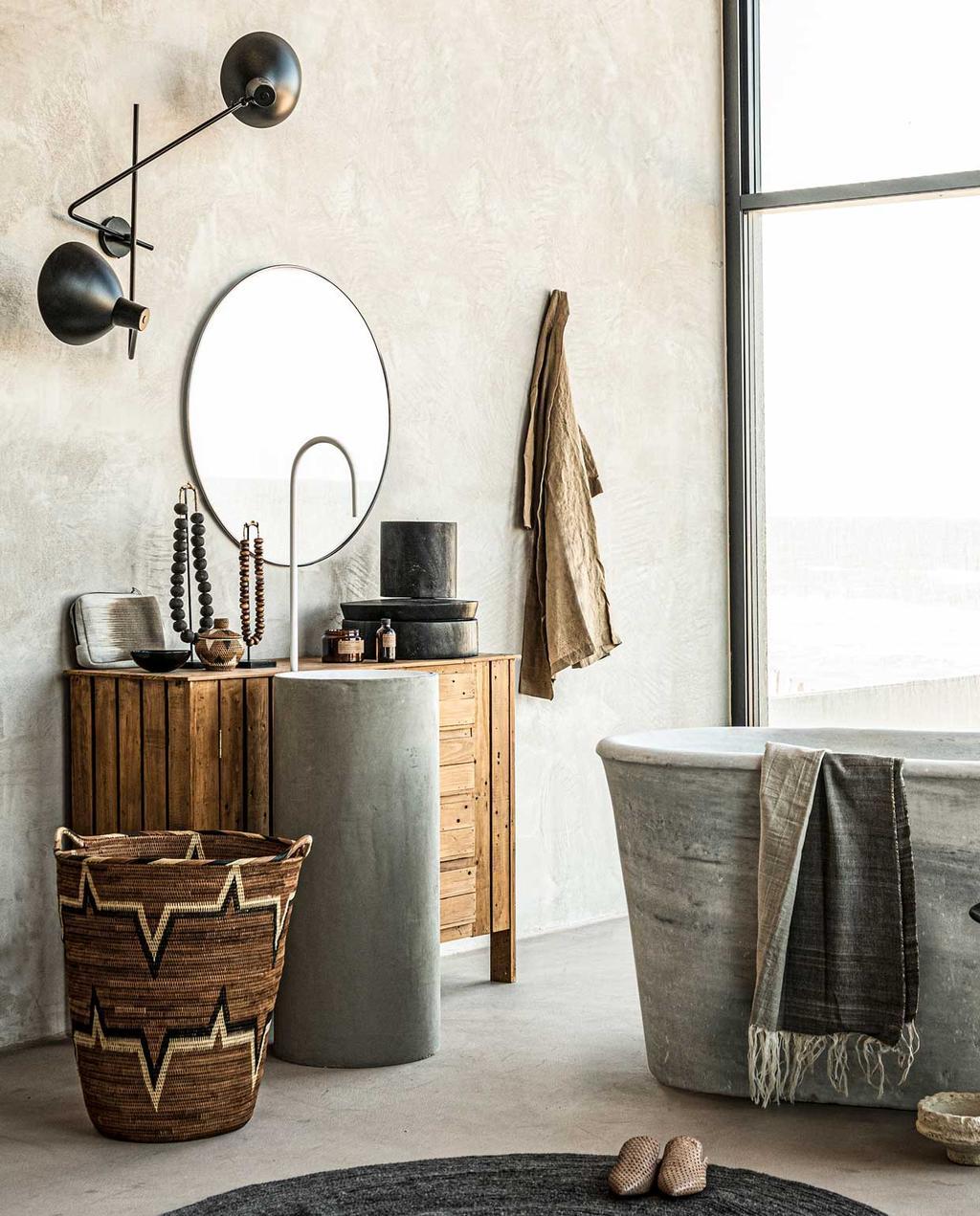 vtwonen badkamer | leuke wasmanden | bad | ronde spiegel | betonstuc