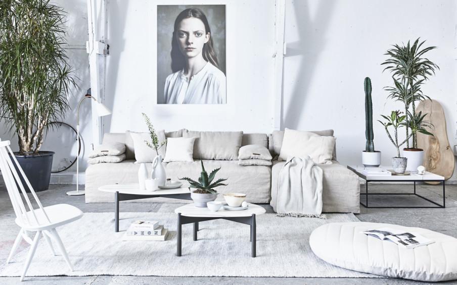 coin salon blanc et beige portrait au mur