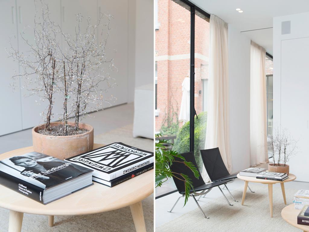 bk tafeltje met boeken en zwarte stoelen met plant