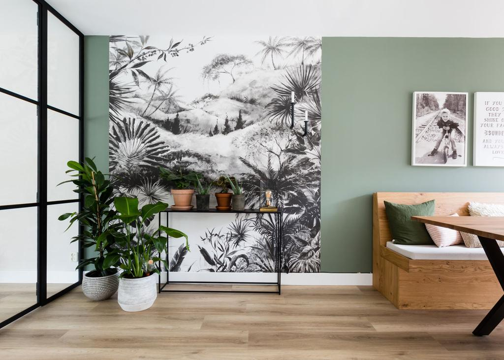 Zwarte sidetable met druk behang en planten