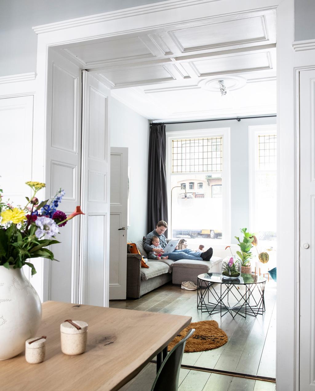vtwonen 1-2020 | Binnenkijken in een benedenwoning in Amsterdam woonkamer met klassiek plafond