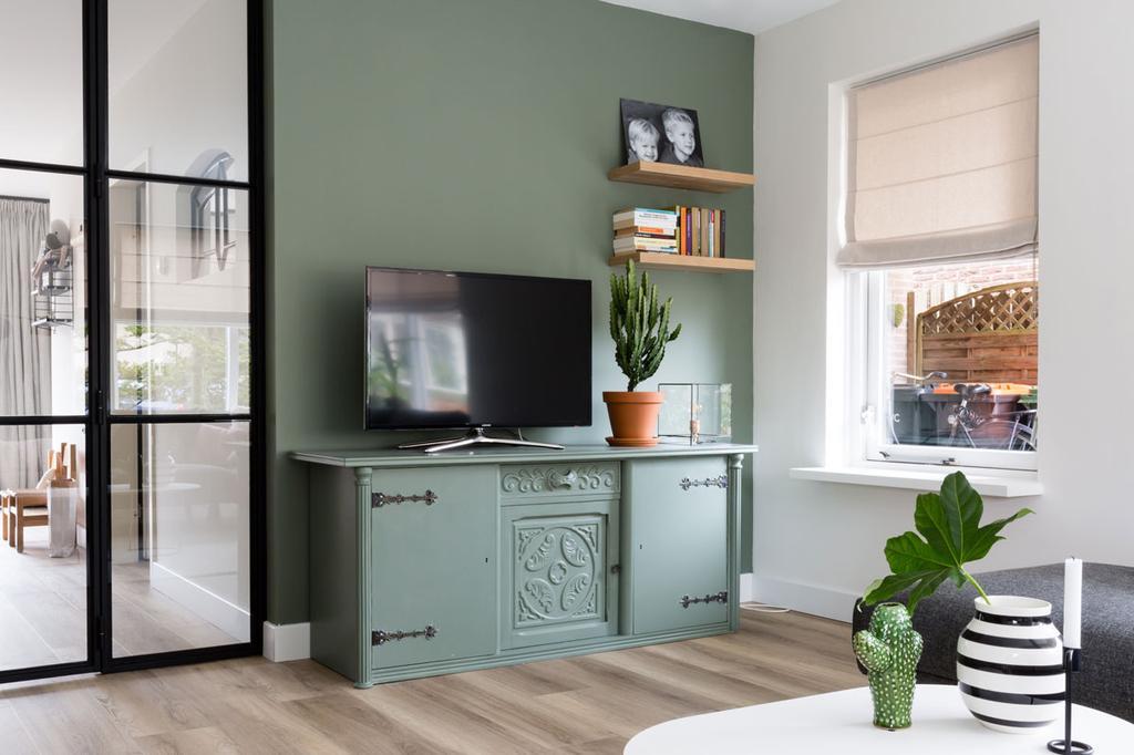 Groene tv hoek met groene kast