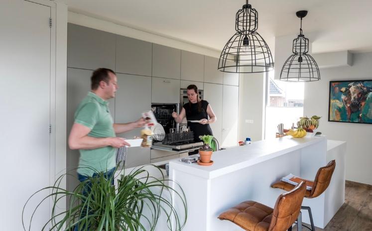 kook-en-spoeleiland-van-3-60m-met-kasten-apparatenwand-handig-de-vaatwasser-zit-op-hoogte-keuken-is-ontworpen-door-een-interieurbouwer-de-bar-is-vrij-hoog-dus-goede-barkrukken-vinden-was-nog-erg-lastig-foto-is-gemaakt-voor-bijlage-binnenkijken-in-wonen-amp-co