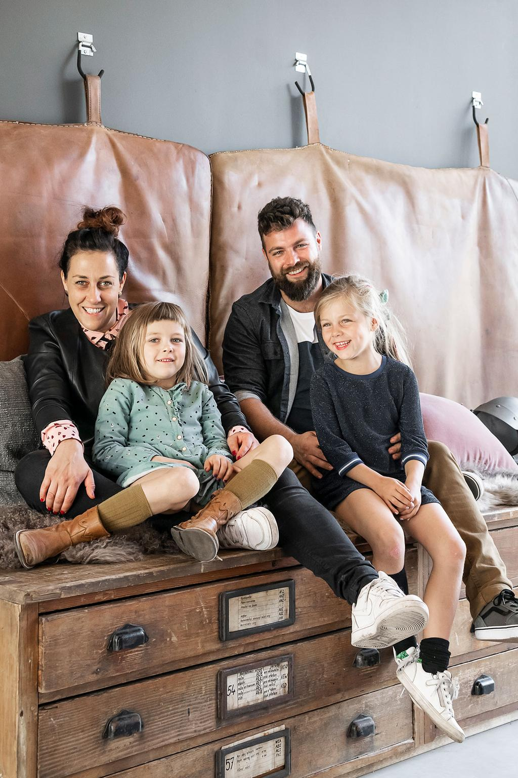Loes & Kim uit afleverin 1 van 'Een frisse start met vtwonen' en hun kinderen.