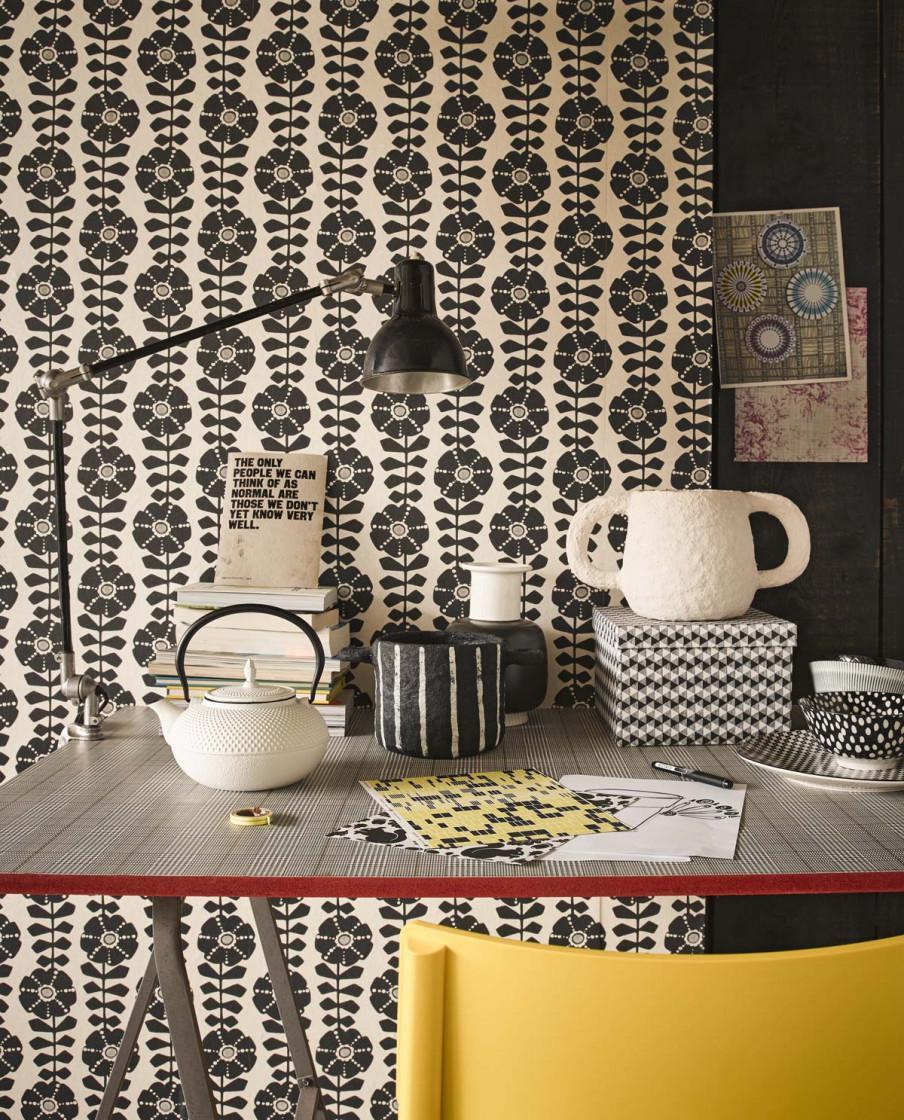 papier peint fleurs noir et blanc chaise jaune