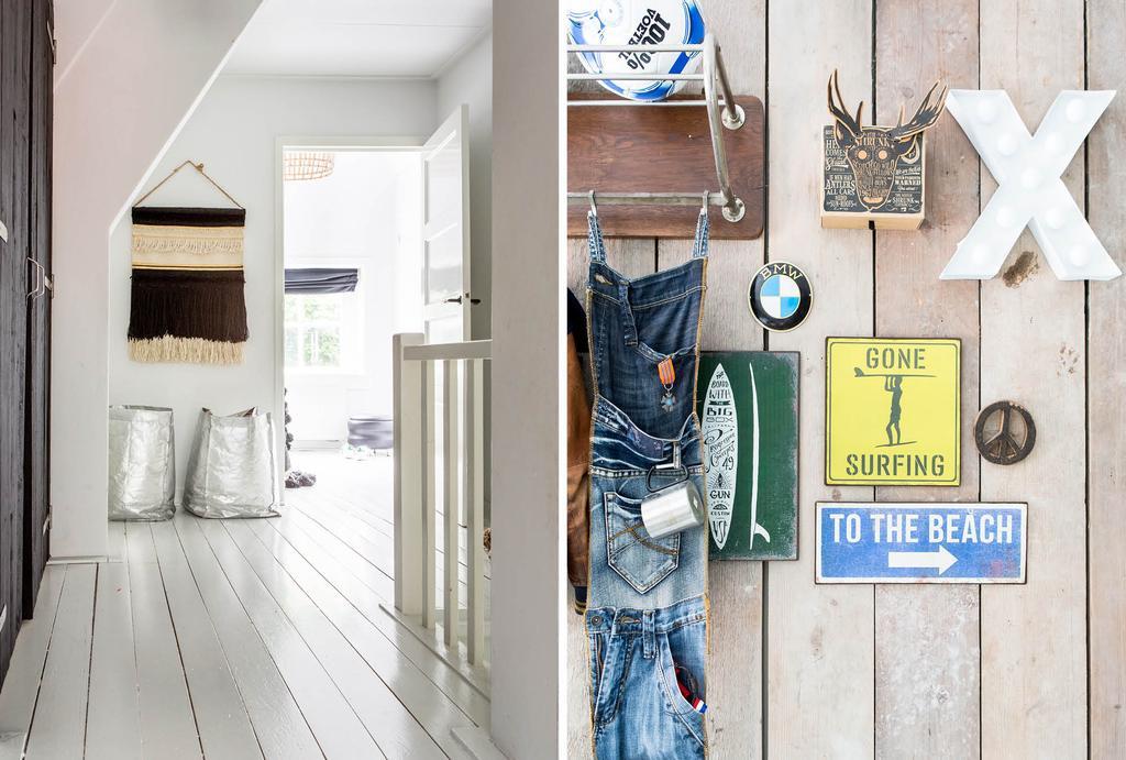 Witte houten vloer op de overloop met houten planken tegen de wand