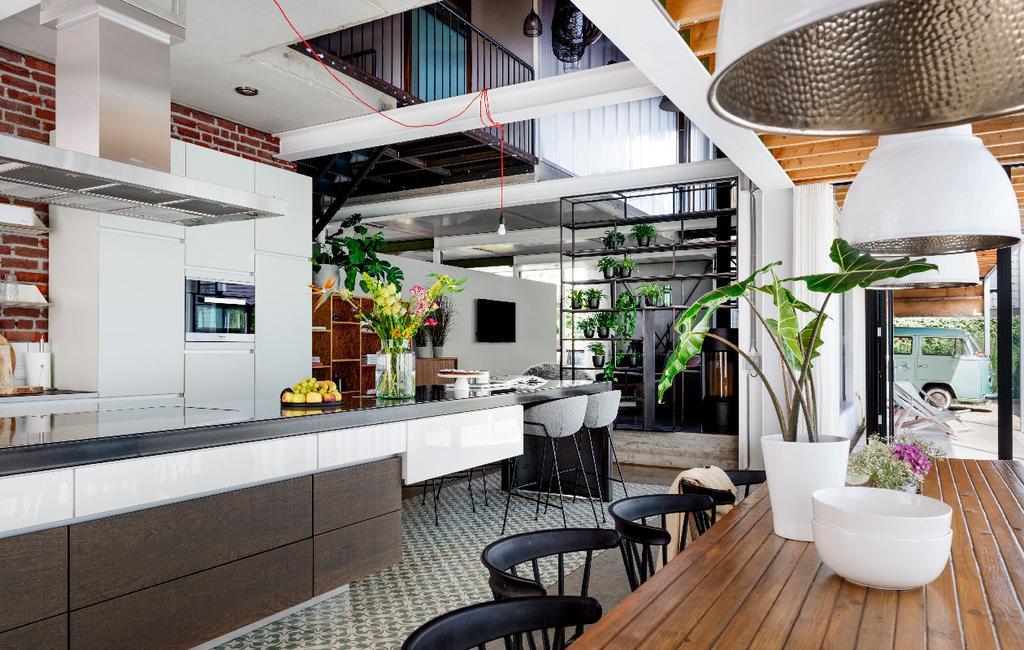vtwonen 07-2020 | binnenkijken in  Weert industriele keuken met rvs kookeiland