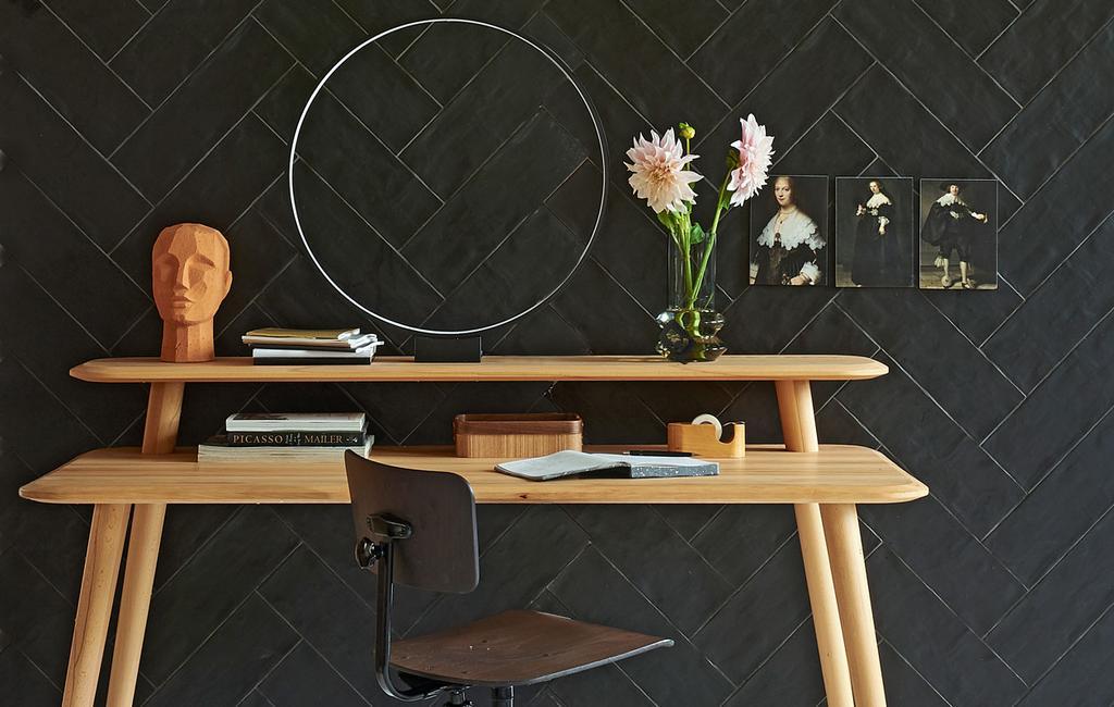 vtwonen 10-2019 | houte bureau met zwarte tegel wand | plekken waar tegels ook mooi zijn
