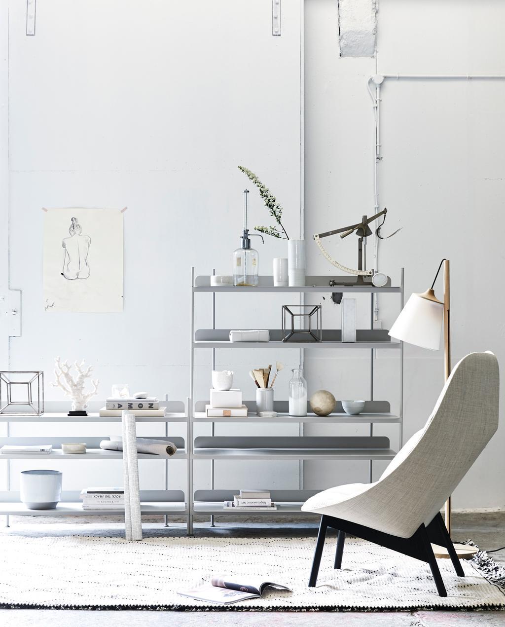 Zithoek met lichtgrijze fauteuil en lage stellingkast | Fotografie Jeroen van der Spek, styling Cleo Scheulderman