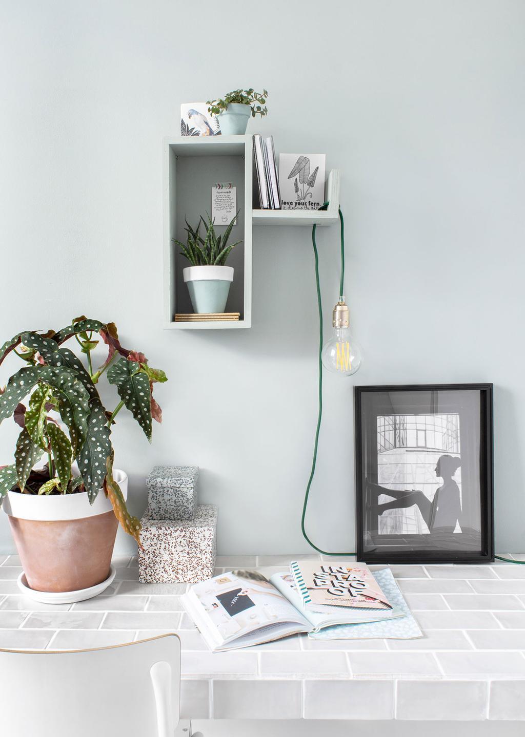 Betegeld bureau met DIY wandkastje en een zelfgemaakt lichtsnoer van Tanja van Hoogdalem