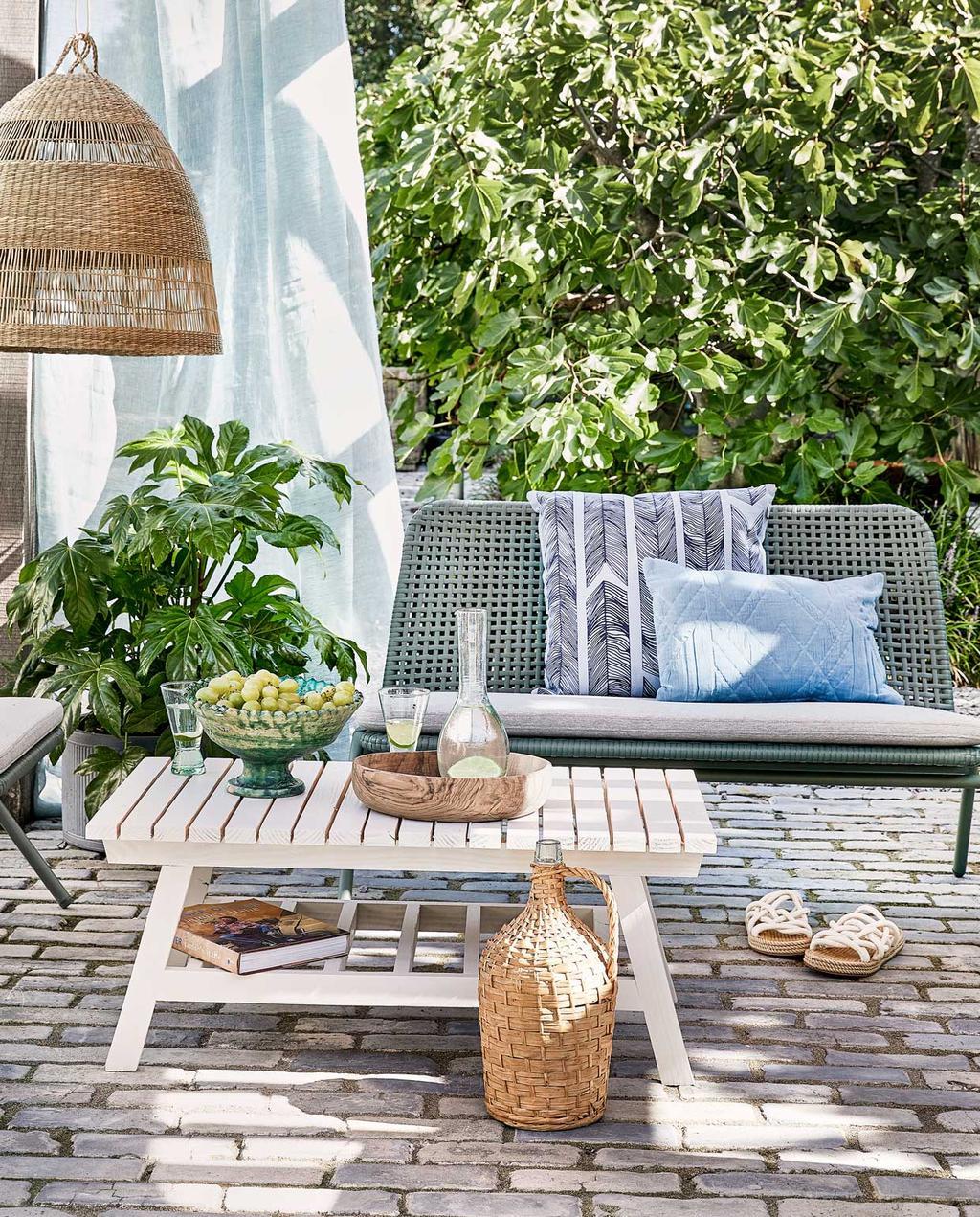vtwonen special tuin 04 05-2021 | DIY wit houten salontafel op terras met groen bankje, rieten lamp en luchtige gordijnen