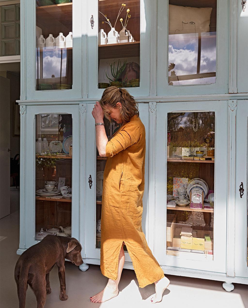 vtwonen 07-2021   hoge kasten in de hal met Karin en haar hond