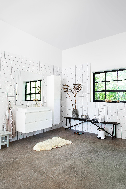 witte tegels en badkamermeubels