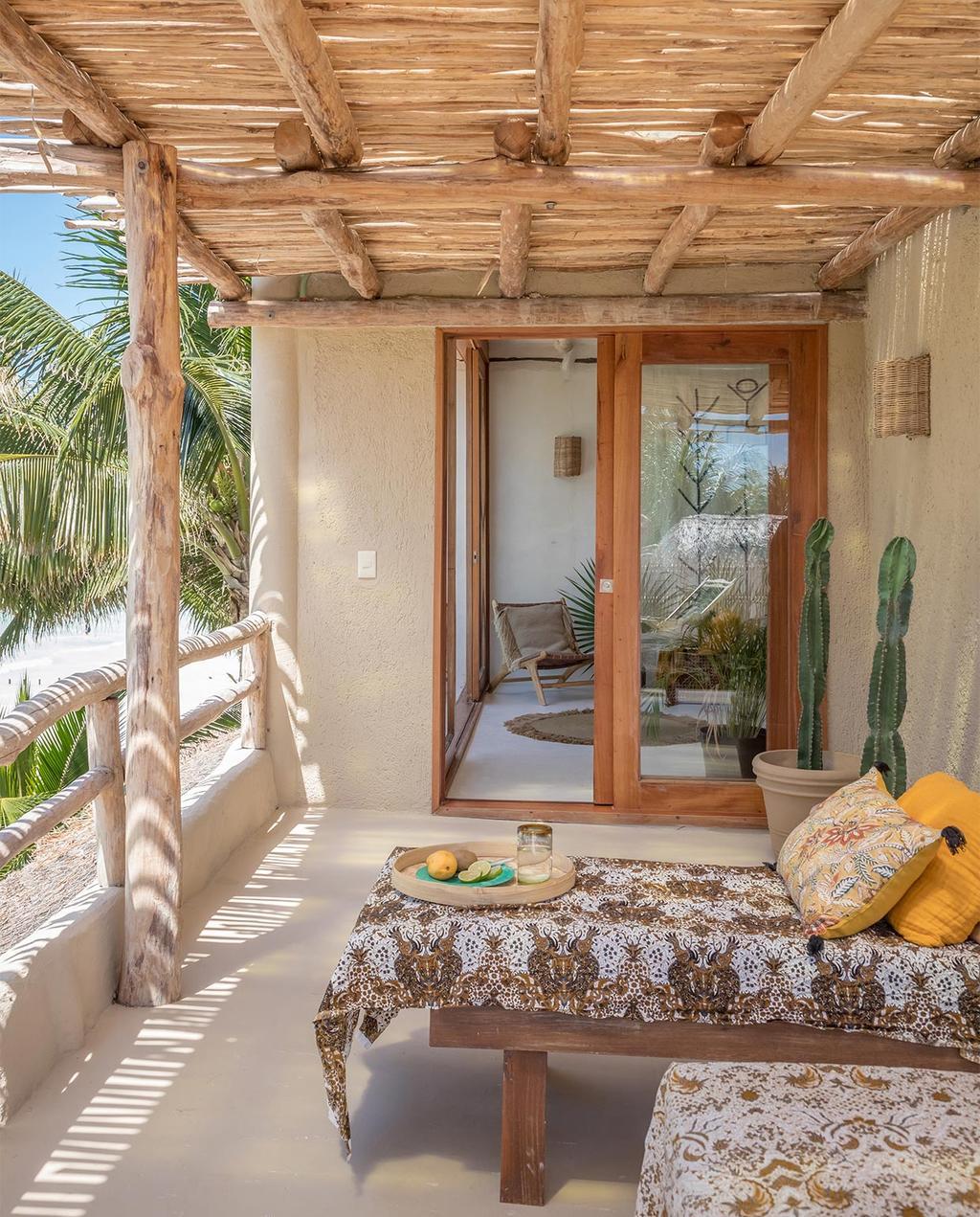 vtwonen special zomerhuizen 07-2021 | natuurlijke overkapping op het balkon