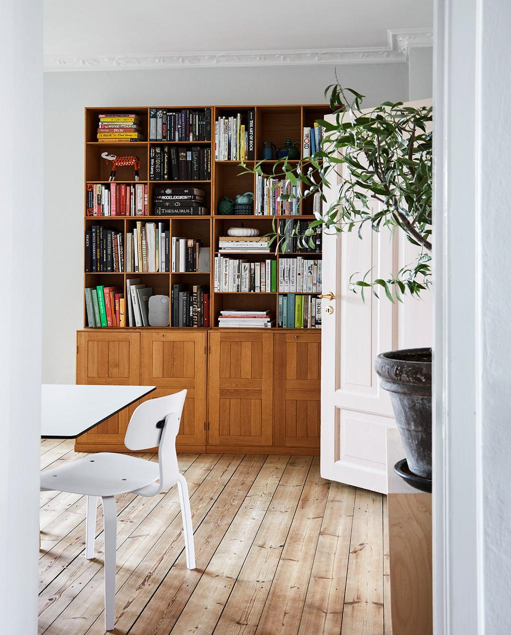 vtwonen 02-2021 | boekenkast met witte tafel en stoelen