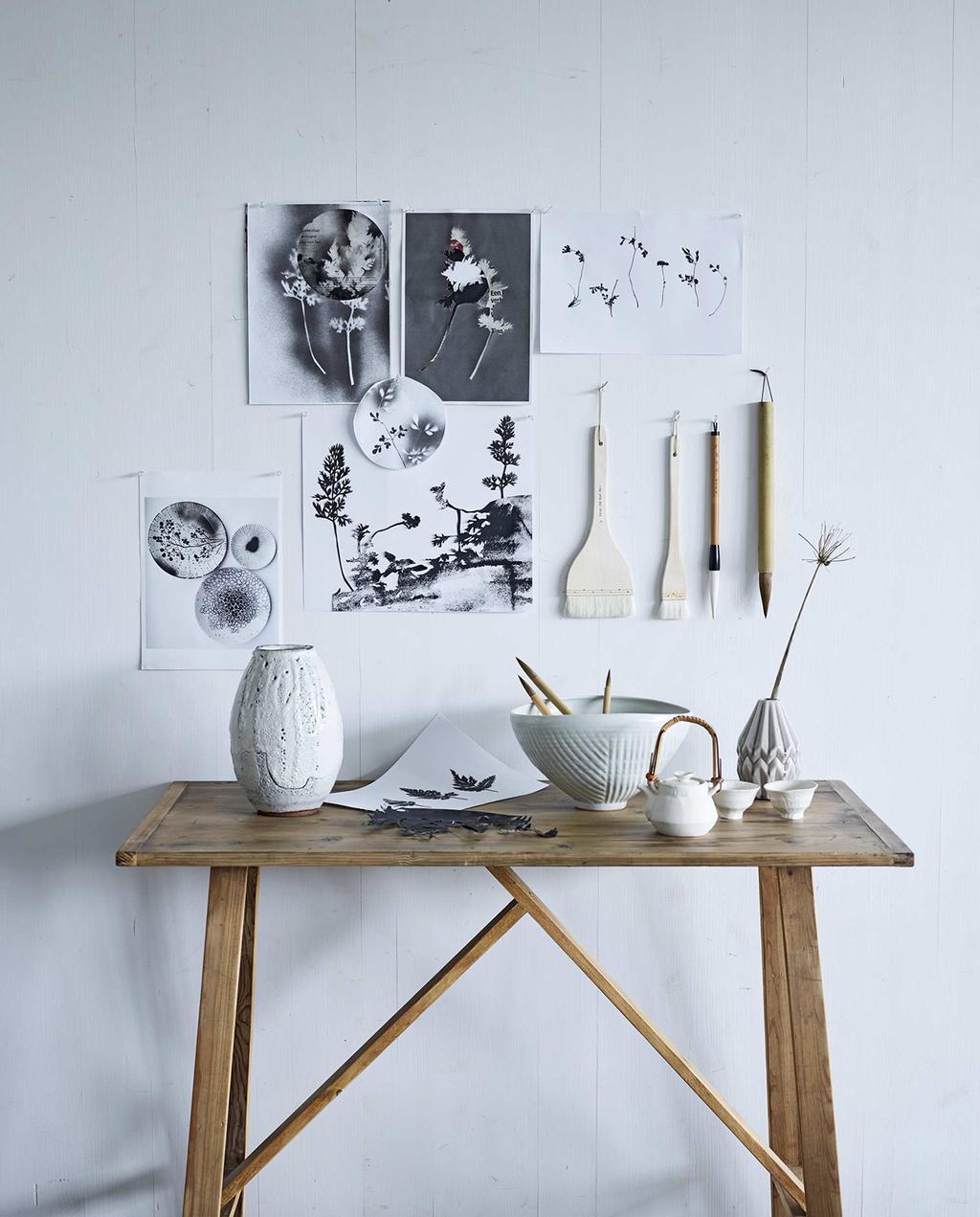 vtwonen 05-2016 | houten tafel met witte accessoires en witte achtermuur