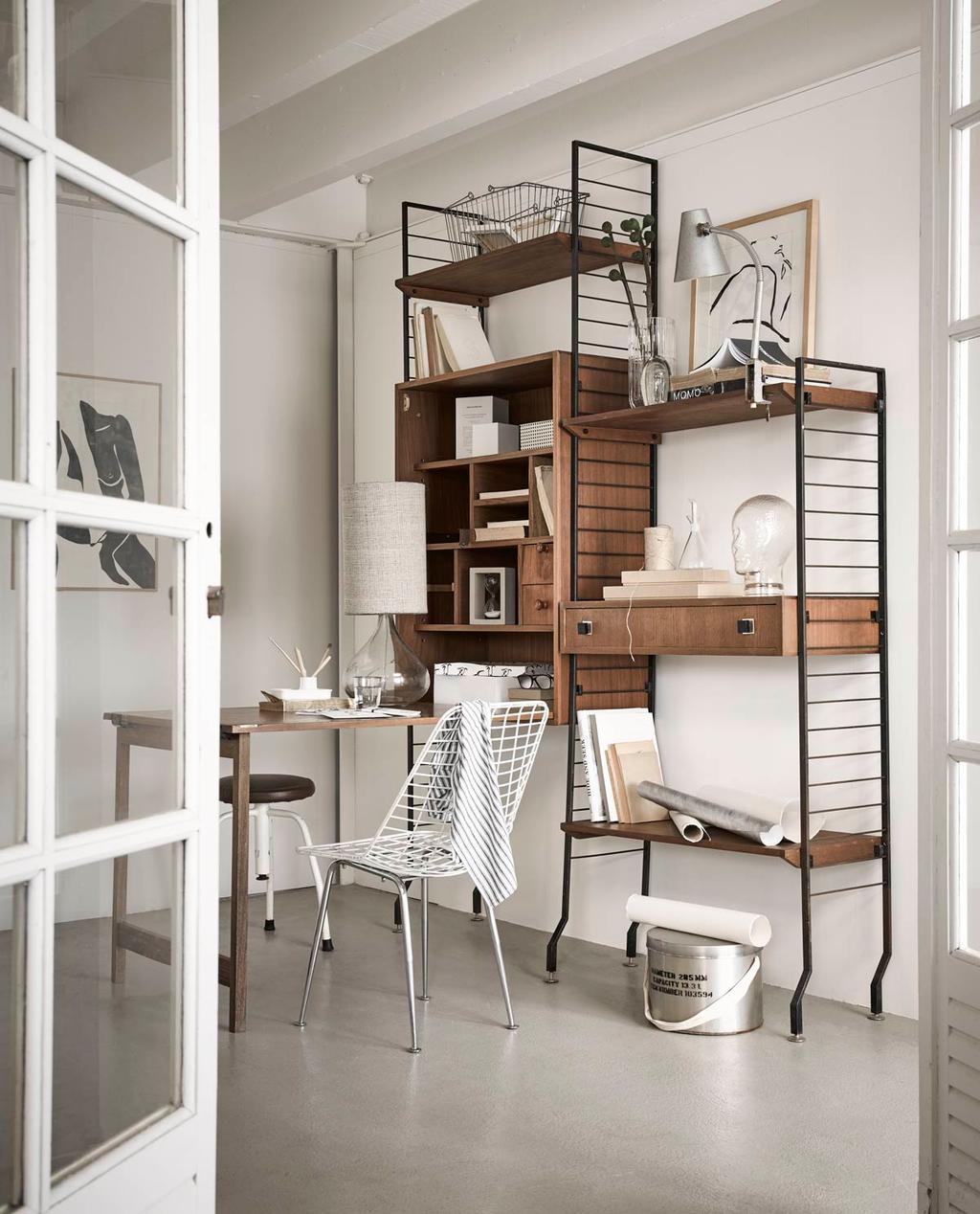 Lichte werkkamer met glas, bruin en wit