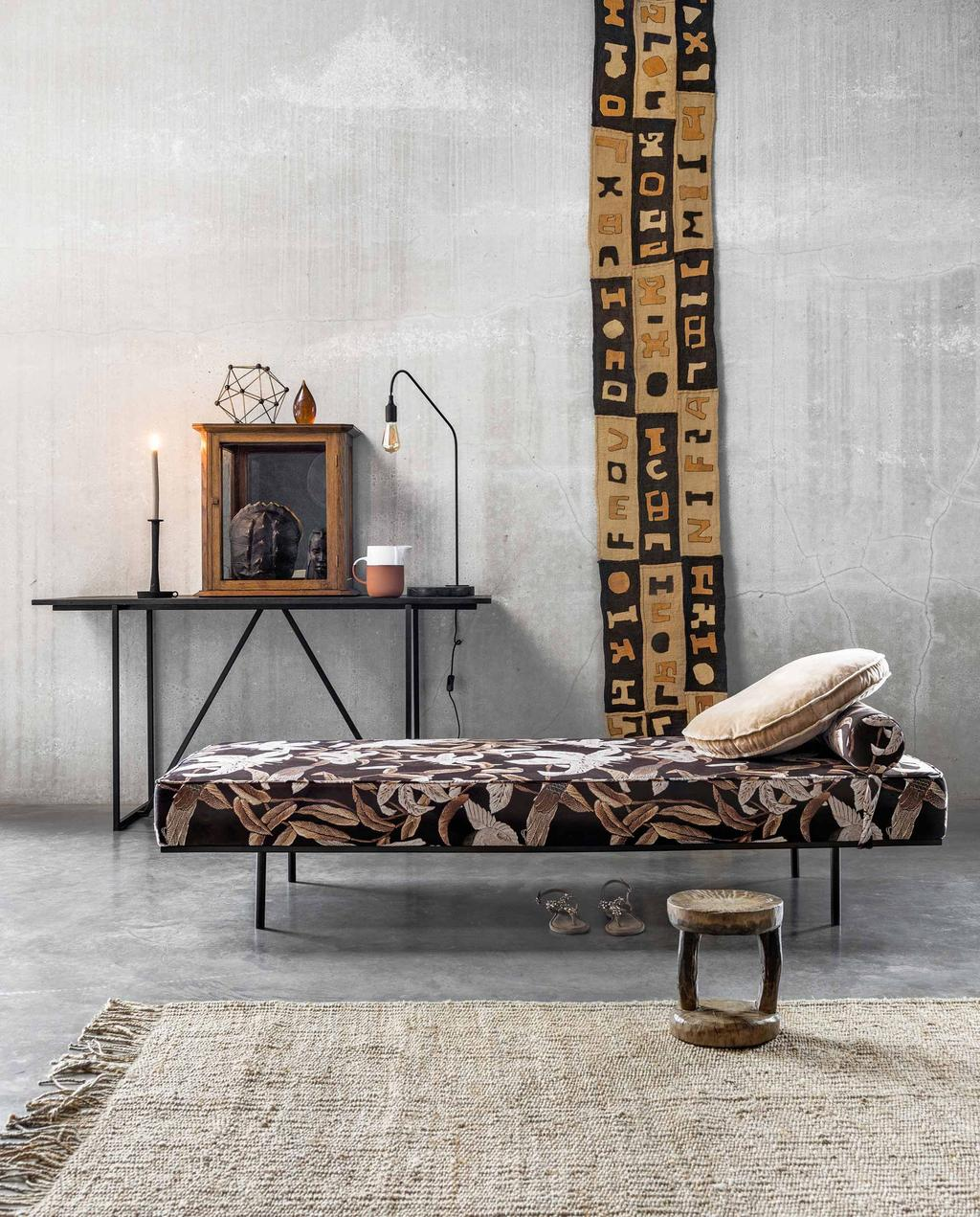 Tribal daybed met wandkleed