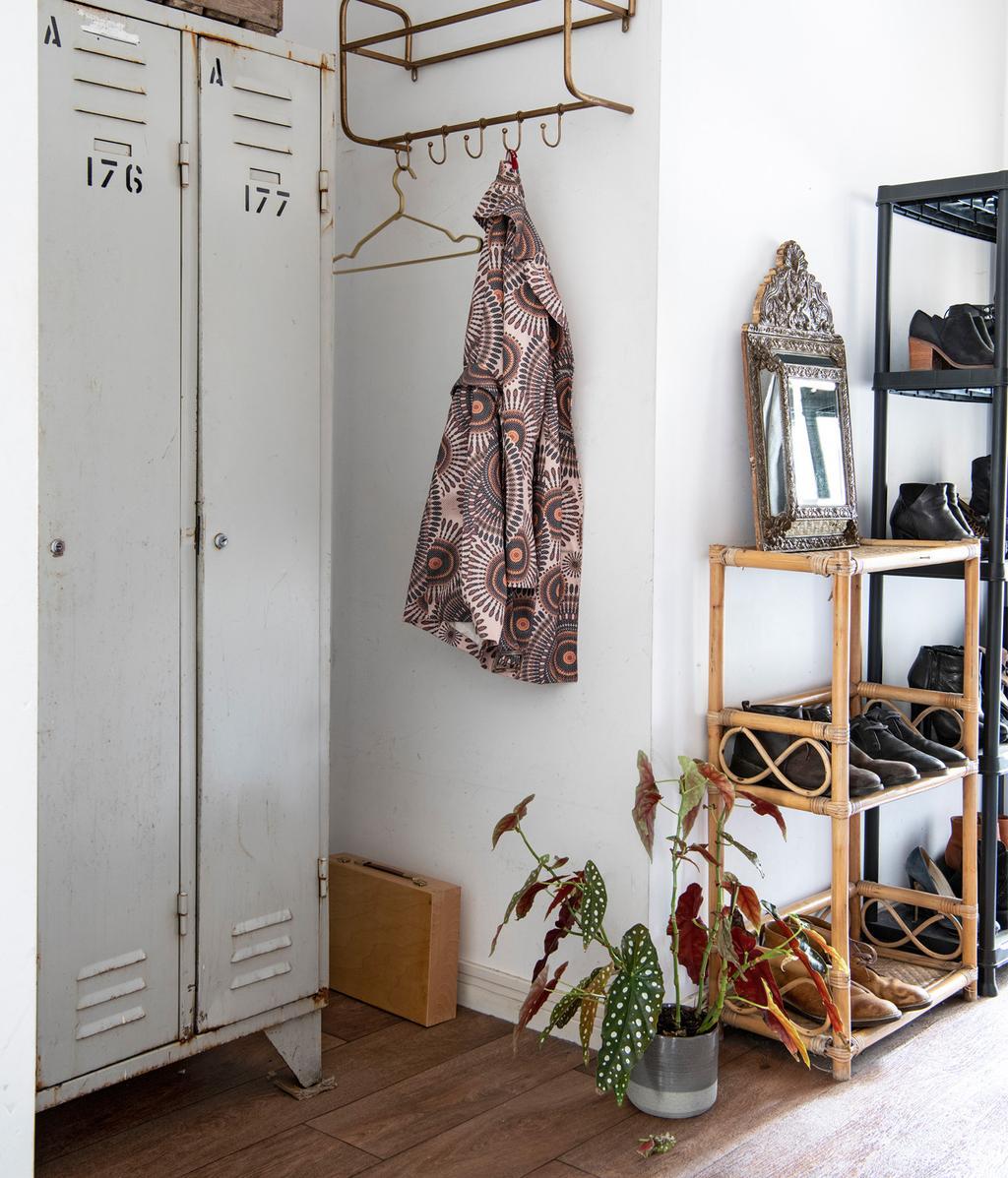 Witte hal met houten kapstok