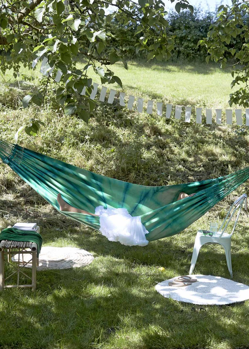 Buitenleven in het gras hangmat