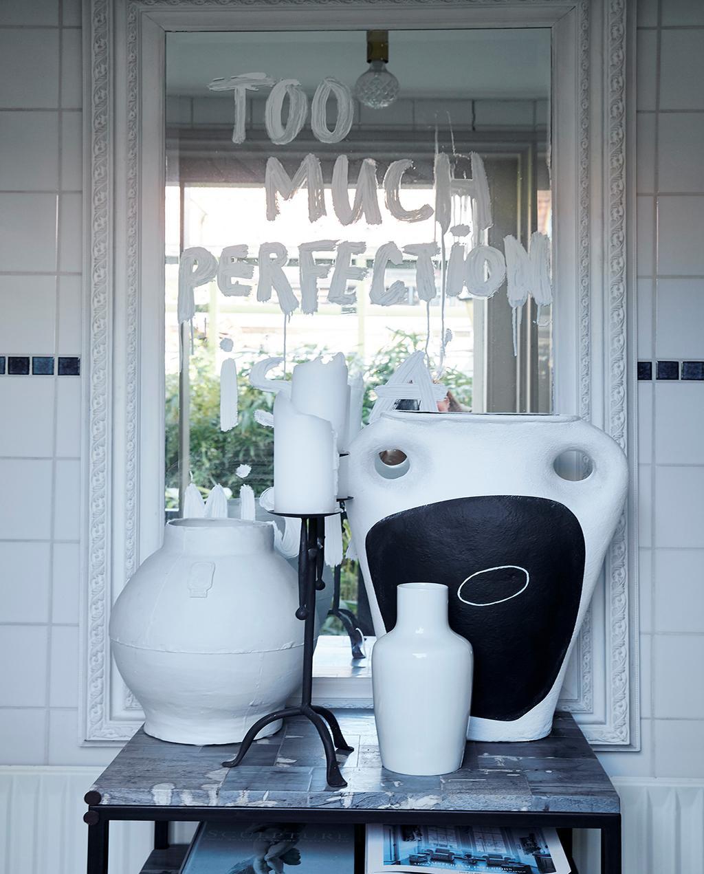 vtwonen 02-2021 | binnenkijken Harlingen spiegel met de tekst: 'too much perfection'
