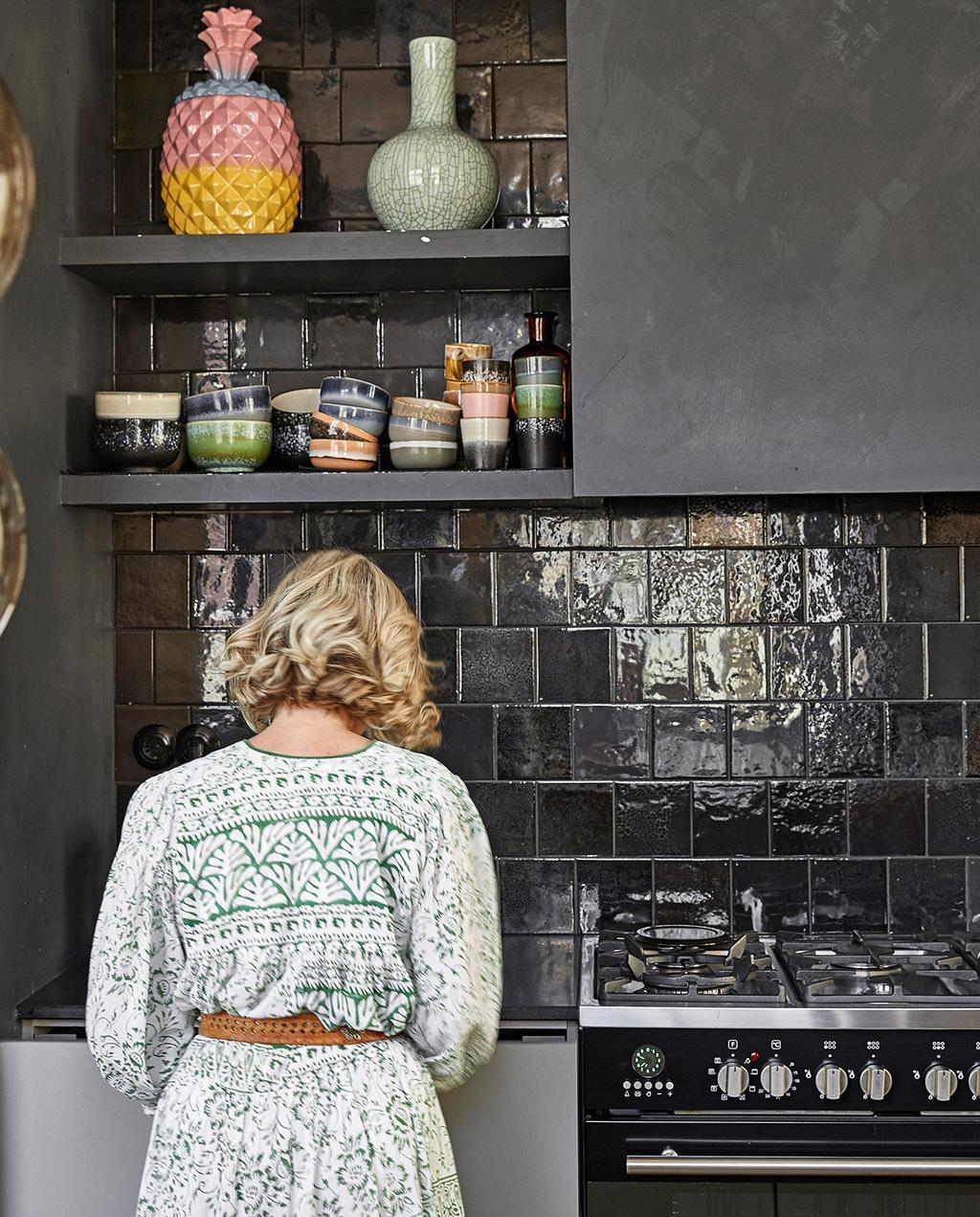 vtwonen 02-2021 | binnenkijken, Martine in haar keuken met zwarte tegels