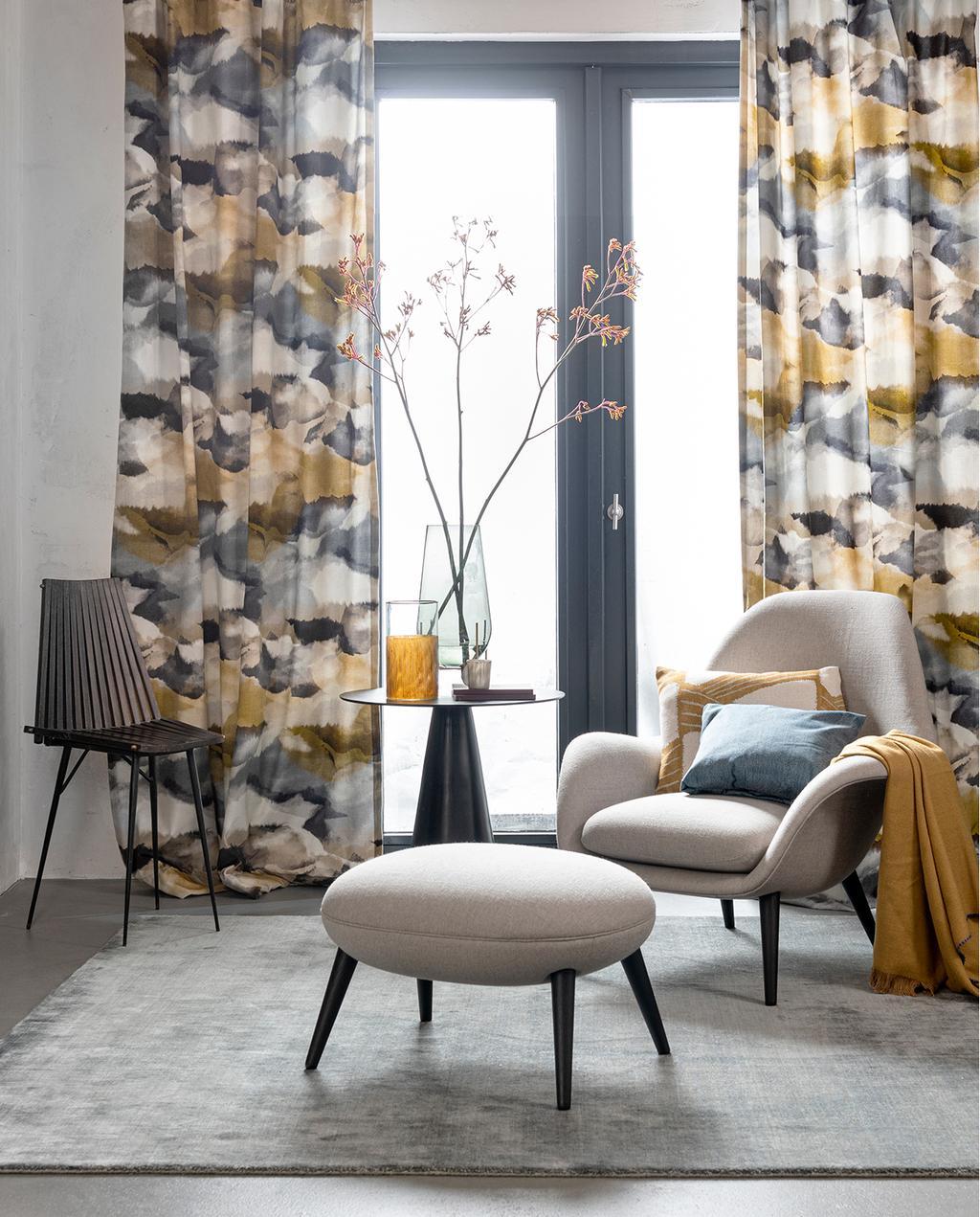 vtwonen 03-2020 stof verf & behang | wolken gordijnen met crème meubels