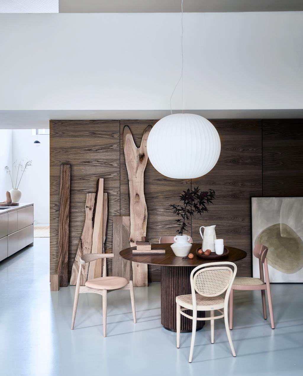 vtwonen 08-2020 | styling Scandinavisch eetkamer met houten stoelen en teakhouten eettafel