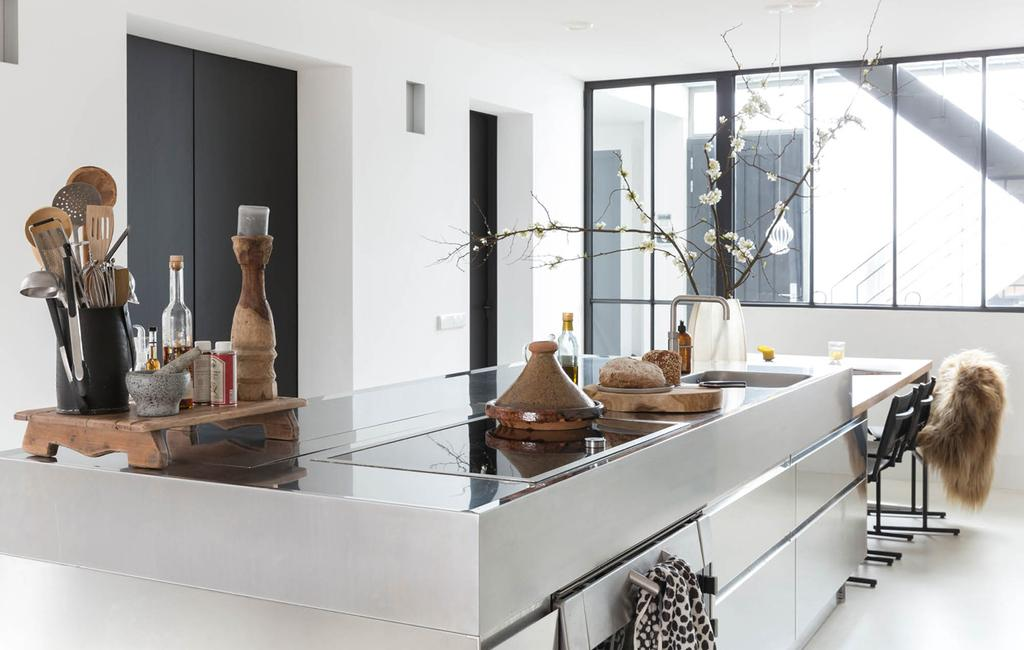 moderne keuken met veel zilver metaal