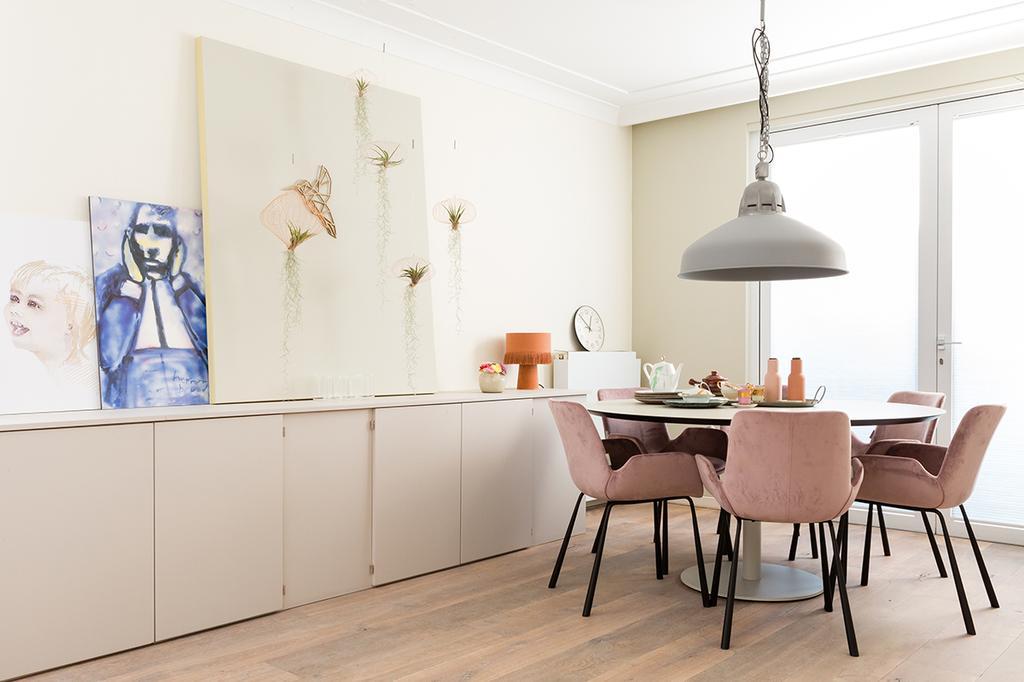Eindhoven eetkamer met roze eetkamerstoelen en ronde tafel