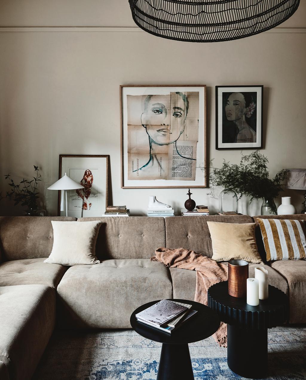 vtwonen 2-2020 | woonkamer bruin schilderijen