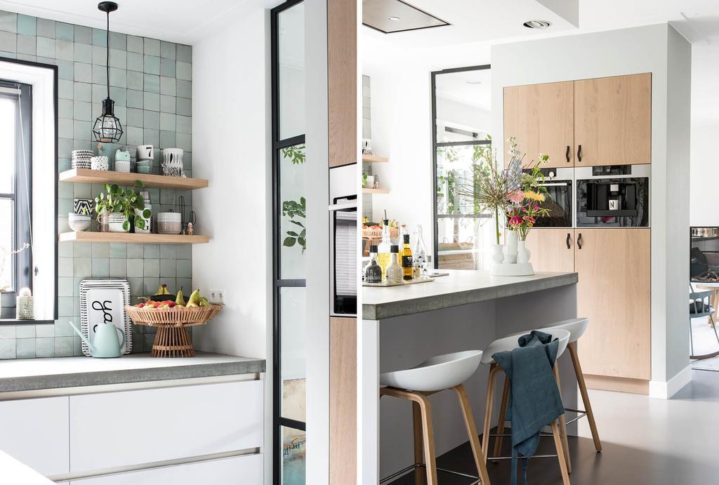 Blauwe keukentegels in een witte keuken met hout