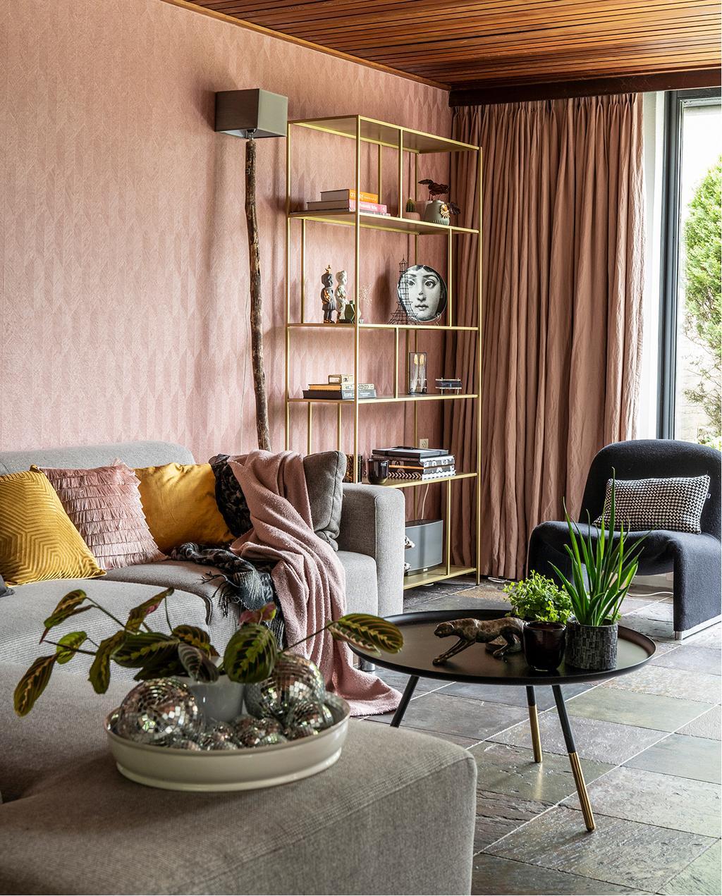 vtwonen 04-2020 | huiskamer met roze behangend en hout plafond Mierlo