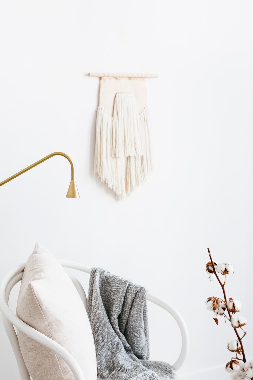 voorjaarshuis met lamp en zetel en hanger beige kleuren