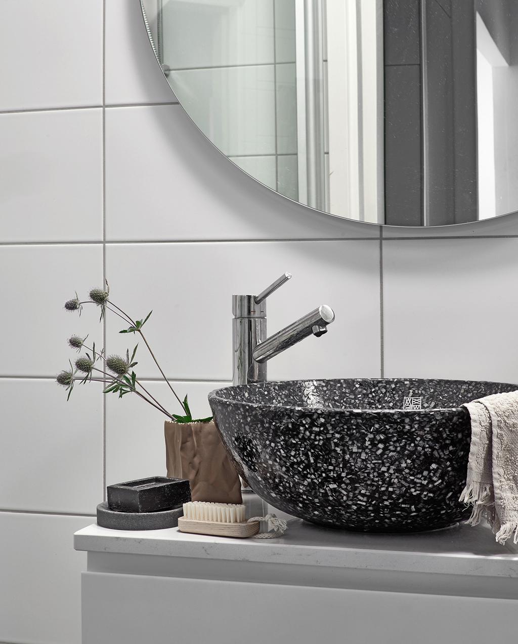 vtwonen special tiny houses |  badkamer wasbak zwart met witte stippen