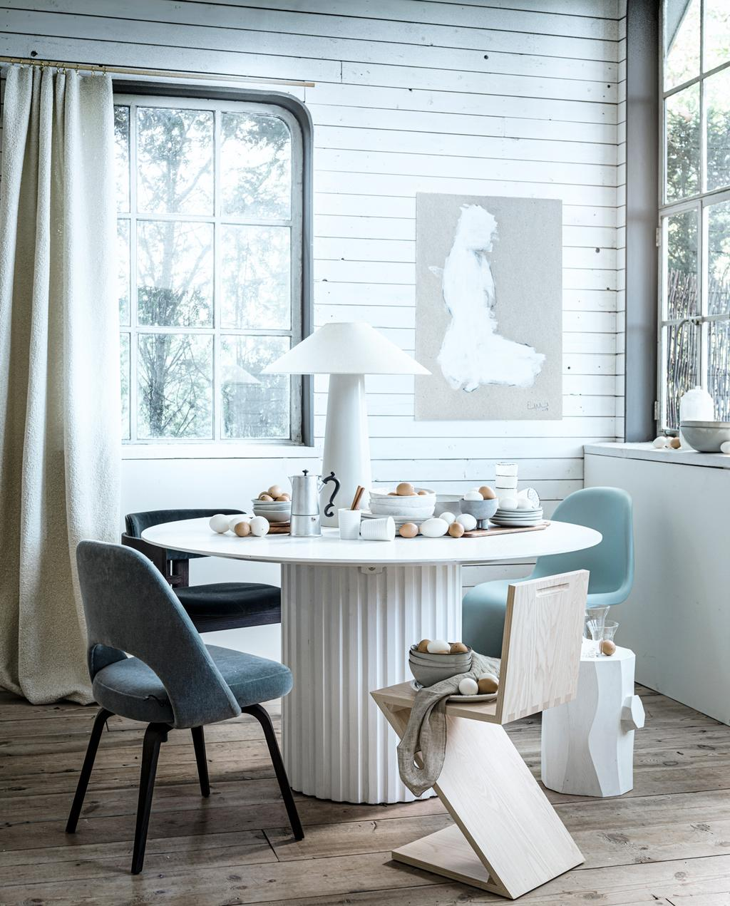 vtwonen 2-2020 | styling warm winter wit eetkamertafel ijstinten