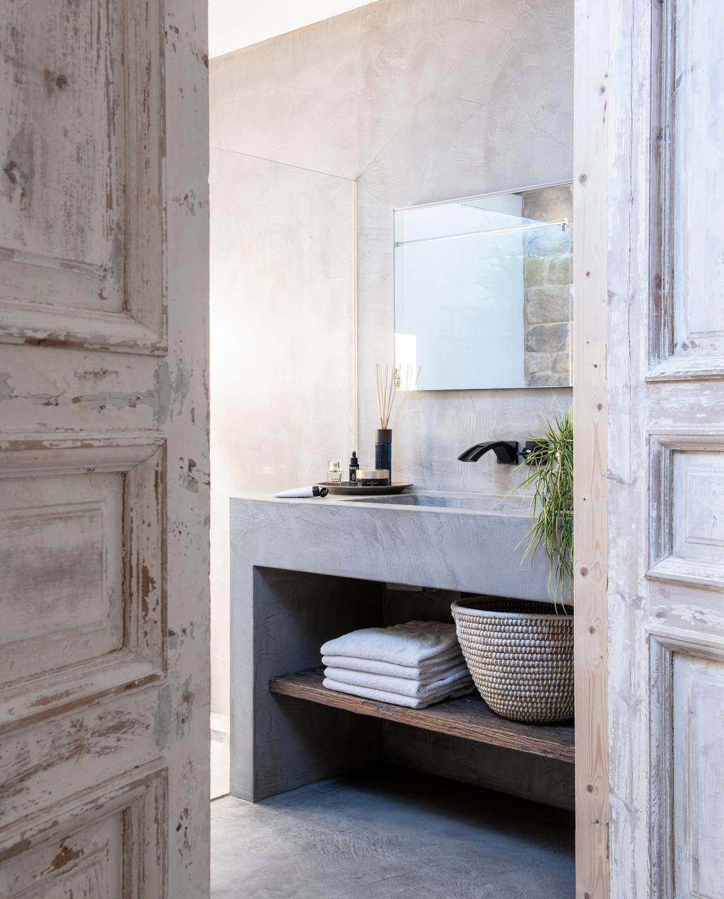 vtwonen bk special 03-2020 | binnenkijken Almere badkamer wastafelmeubel beton