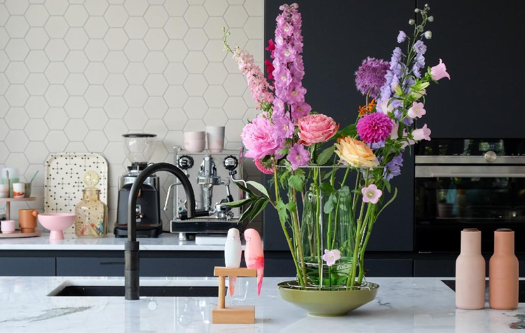 vtwonen blog PRCHTG | nieuwe aanwinsten design aanrecht met groene vaas