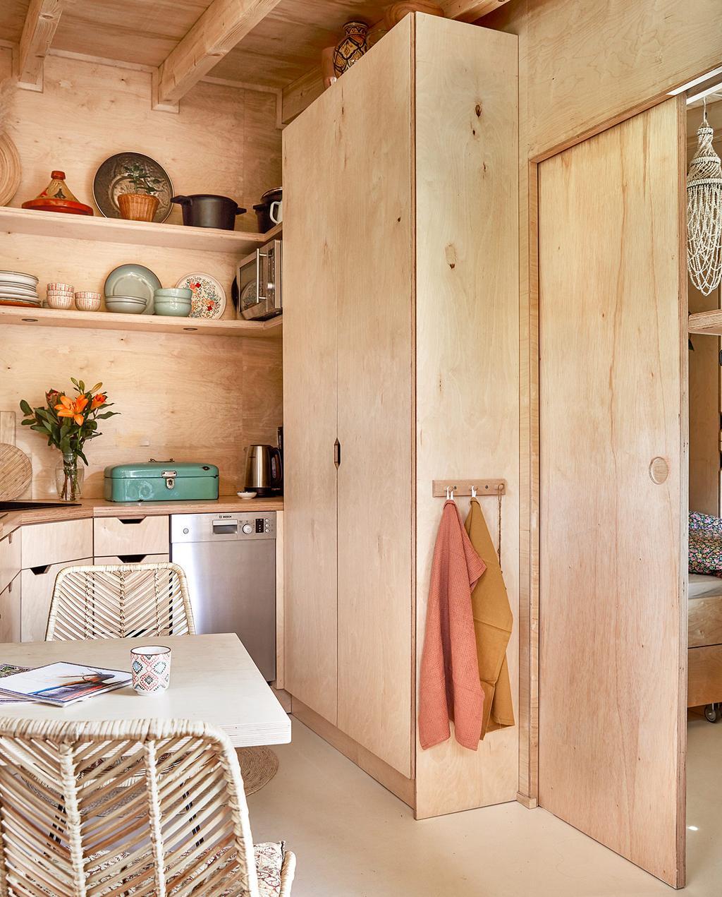 vtwonen binnenkijken special tiny houses   schuifdeur tussen de keuken en de slaapkamer