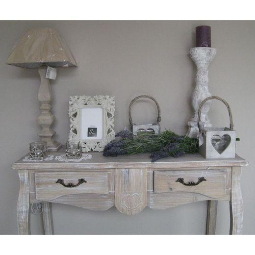 houten tafeltje met accessoires