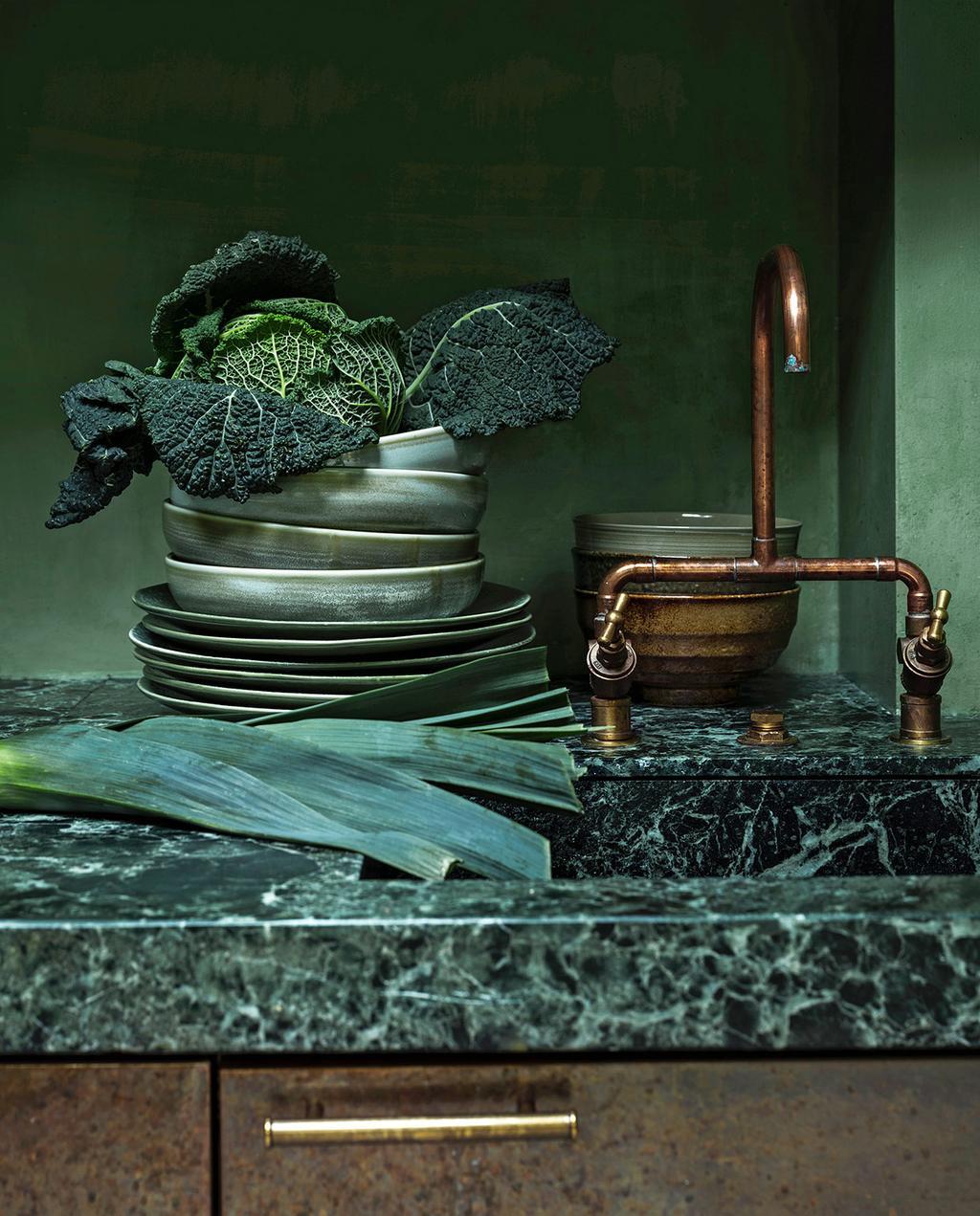 vtwonen 01-2021 | keuken met groen marmer aanrecht, groene borden, koperen kraan
