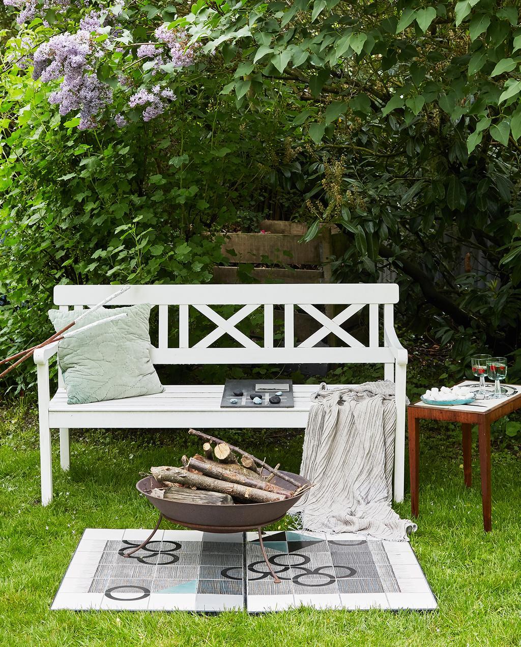 vtwonen tuin special 1 | buiten zithoek onder bloemenhaag