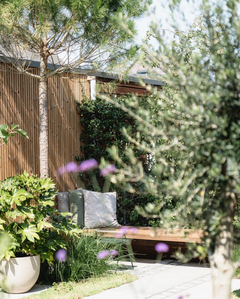 tuin | terras | zomer | tuinieren | tuinbank | tuinafscheiding hout | tuinplanten