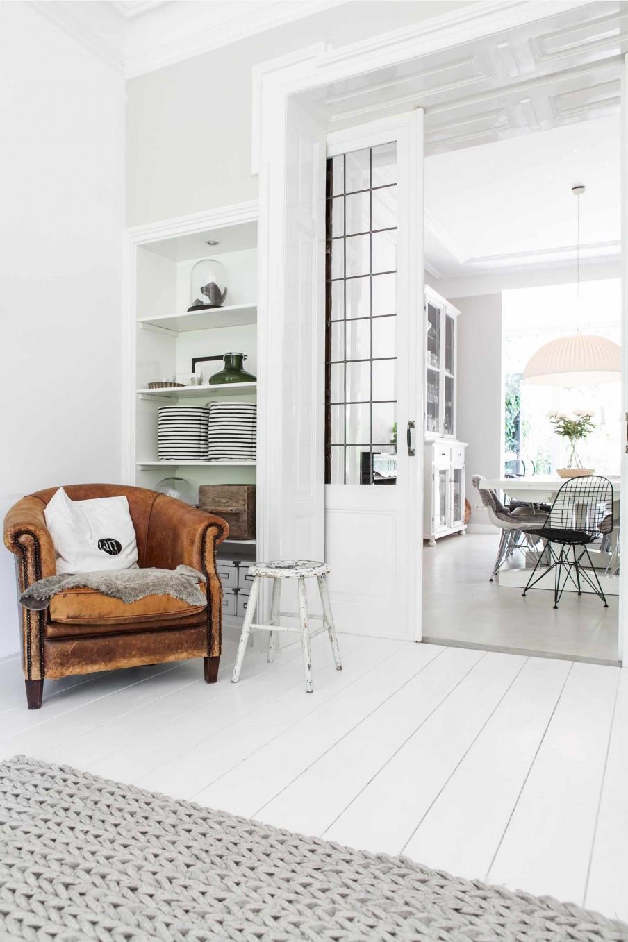 fauteuil cuir et vieux tabouret blanc