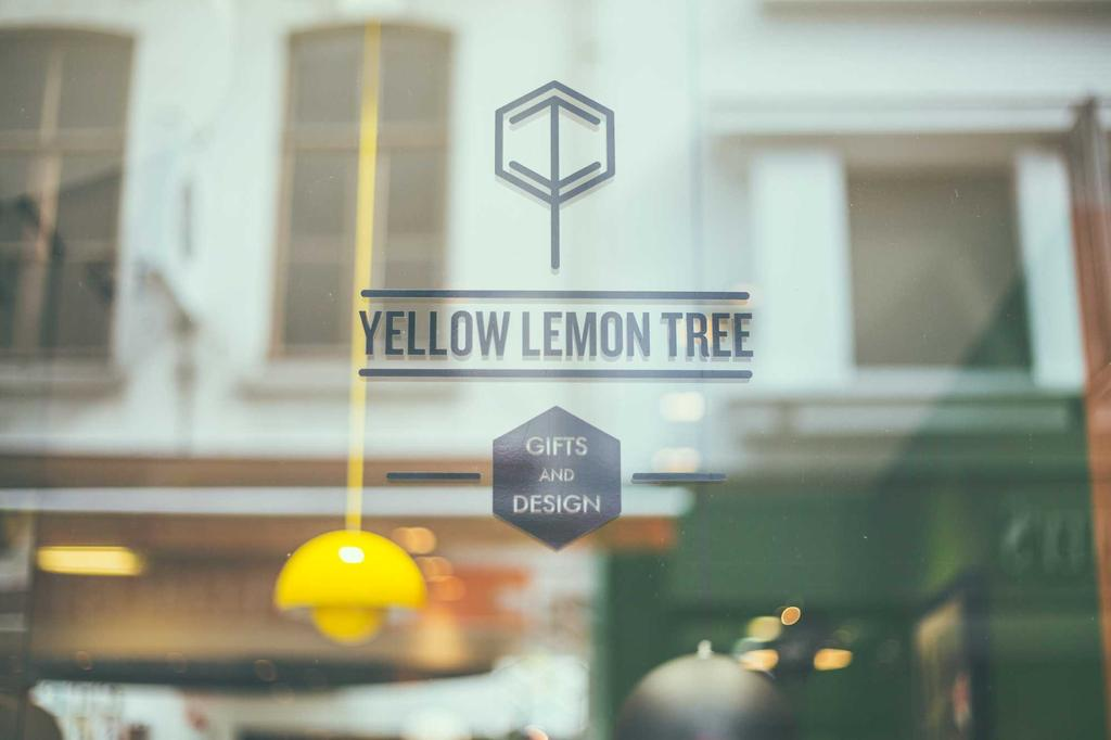 yellow lemon tree de etalage met het logo